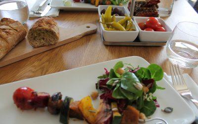 Gegrillte Gemüsespieße mit Kräuterbutterbaguette